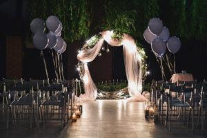 Mariage à l'américaine avec arche et lumière